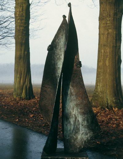 Two hold, 180 cm, 1996. Aangekocht door gemeente Warnsveld. Locatie: woon-zorgcentrum Den Bouw, Warnsveld.